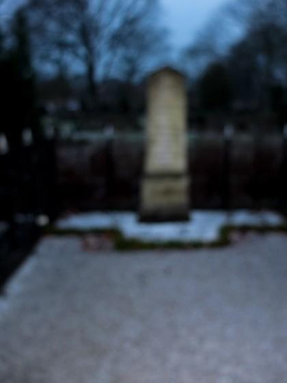 En gravsten höjd i mystik