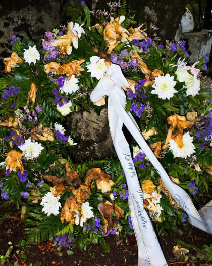 begravningsbukett med snöre med hälsning till den döde