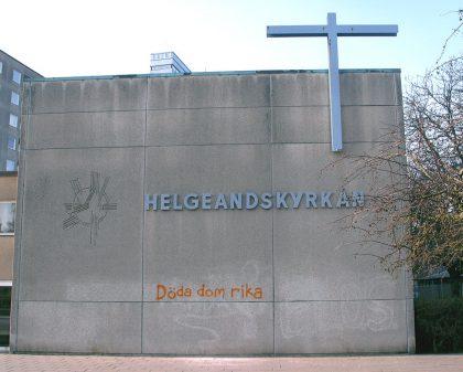 Kyrka med texten Döda de rika sprayat på fasaden.