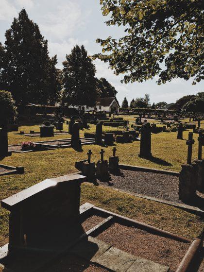 Överblick över gravar på Nättraby kyrkogård