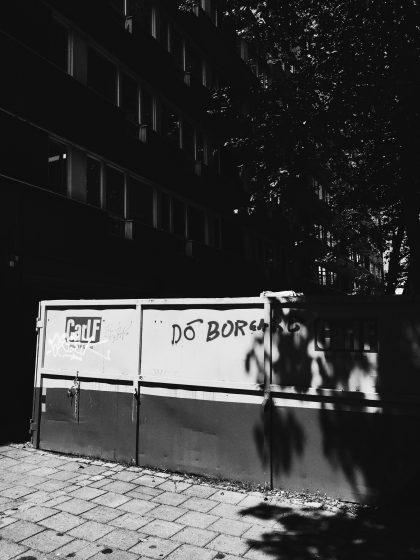 Container där det står spreyat dö borgare