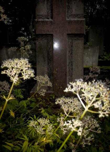 Gravsten i form av ett kors på kyrkogård i Reykavik
